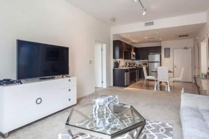 WALK OF FAME!! 2 BEDS, 2 BATH DOWNTOWN HOLLYWOOD!