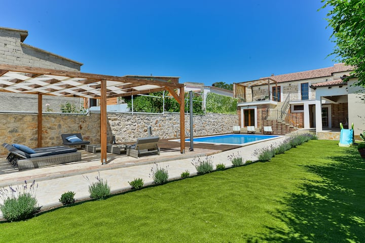 Stone villa with pool for 12 guests, Zadar county