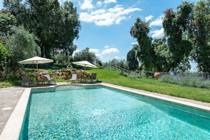 Very private villa with pool near town and beach