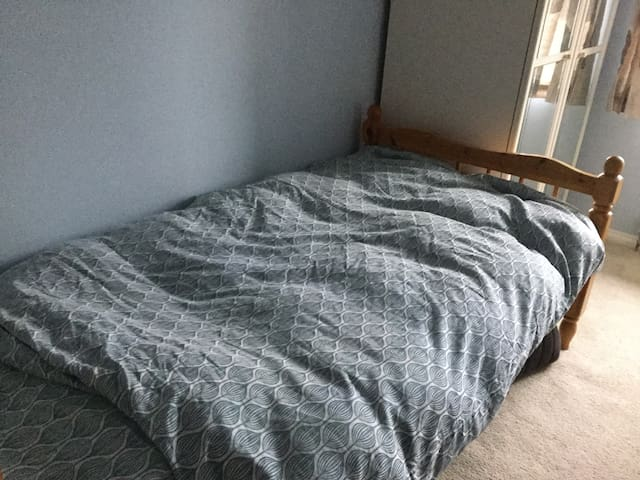 Light airy bedroom 2 minutes walk to contryside - Bancroft - House