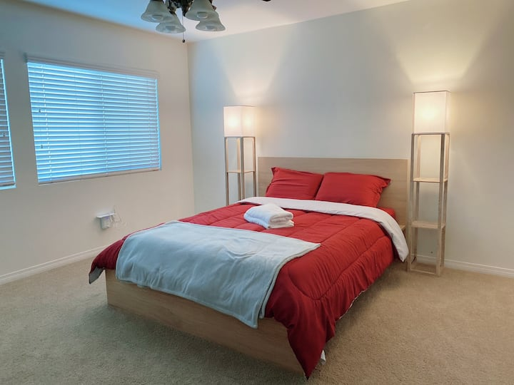 Queen bed room with private bathroom, WiFi and TV
