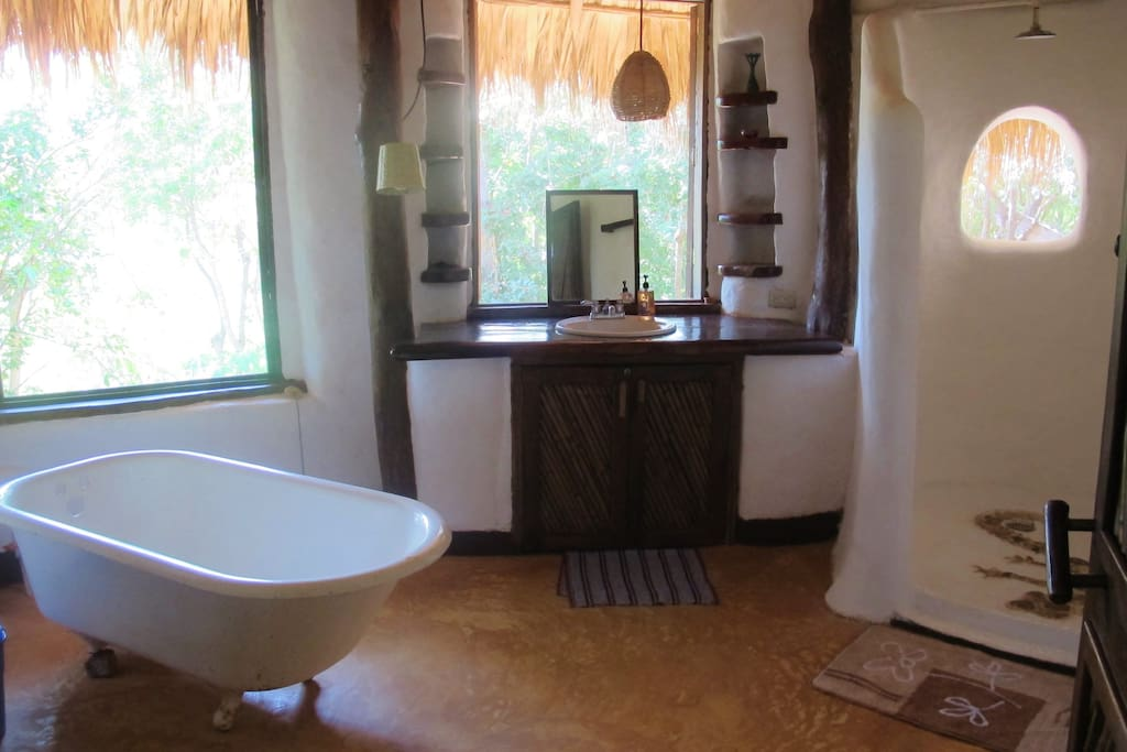 Your bathroom (tub is just for show). El baño (la bañera no funciona)