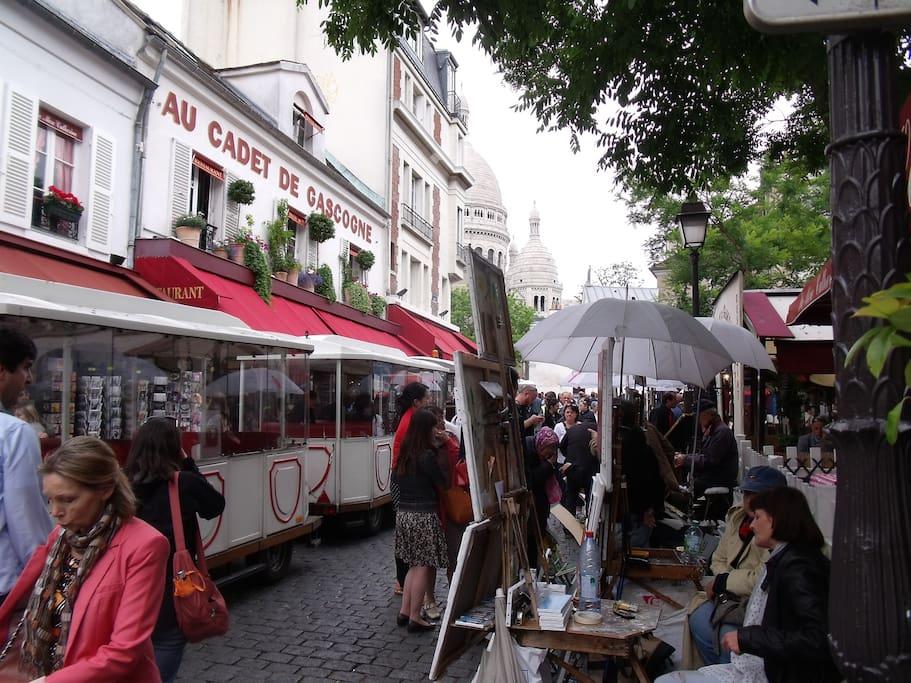Vue de la Place du Tertre avec ses peintres : située près de la Basilique de Montmartre