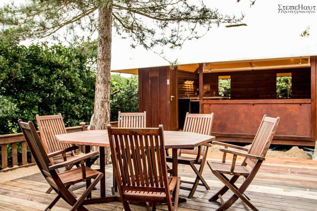 Profitez de la grande terrasse en bois qui relie l'Octologe de vie et l'Octolodge de nuit !