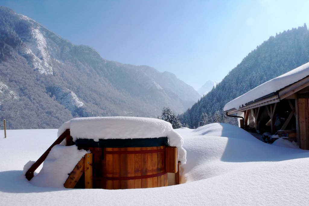 Hot tub with magnificent mountain view, hidden behind the chalet