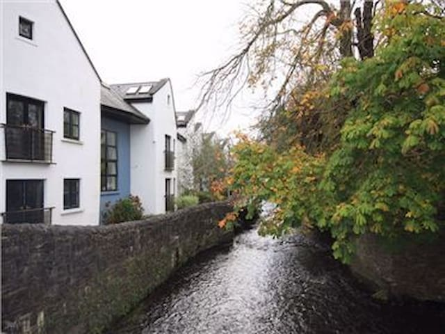 Two Bedroom Riverside Apartment - Westport - Apartamento