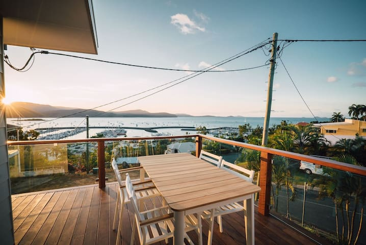 Central Apartment - Amazing Marina Views, Sleeps 4