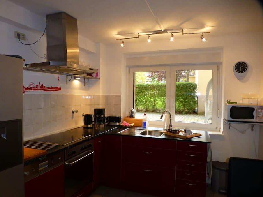 volleingerichtete Küche mit Gartenblick- full equipped kitchen