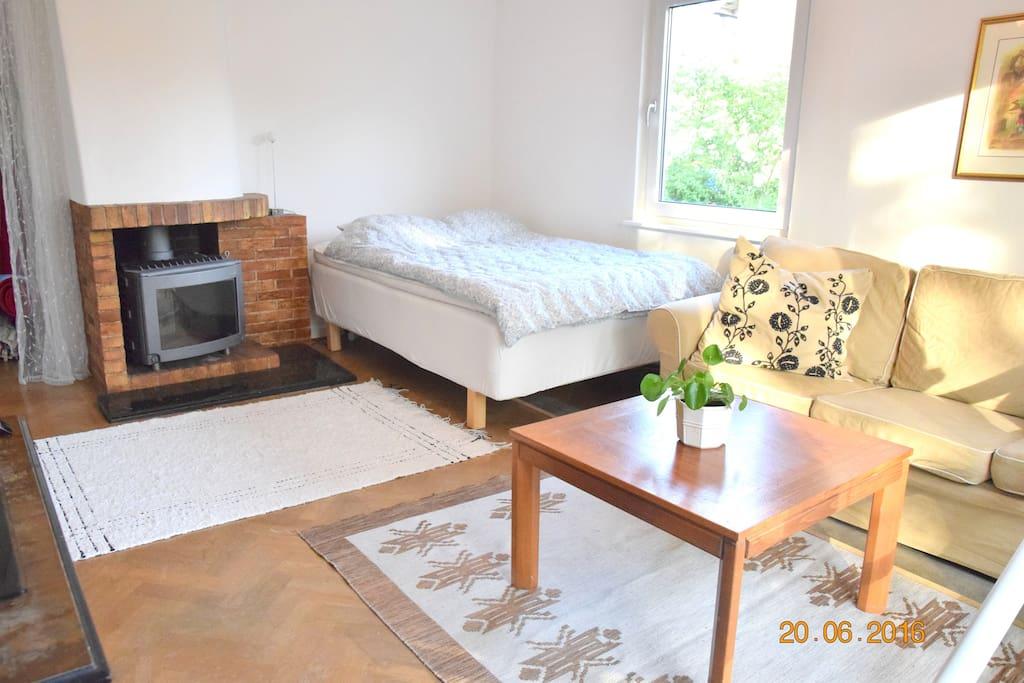 Vardagsrum/sovrum med 120-säng. Ny braskamin i den öppna spisen.