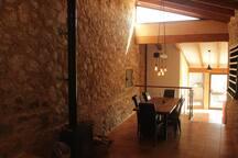 Comedor con paredes de piedra