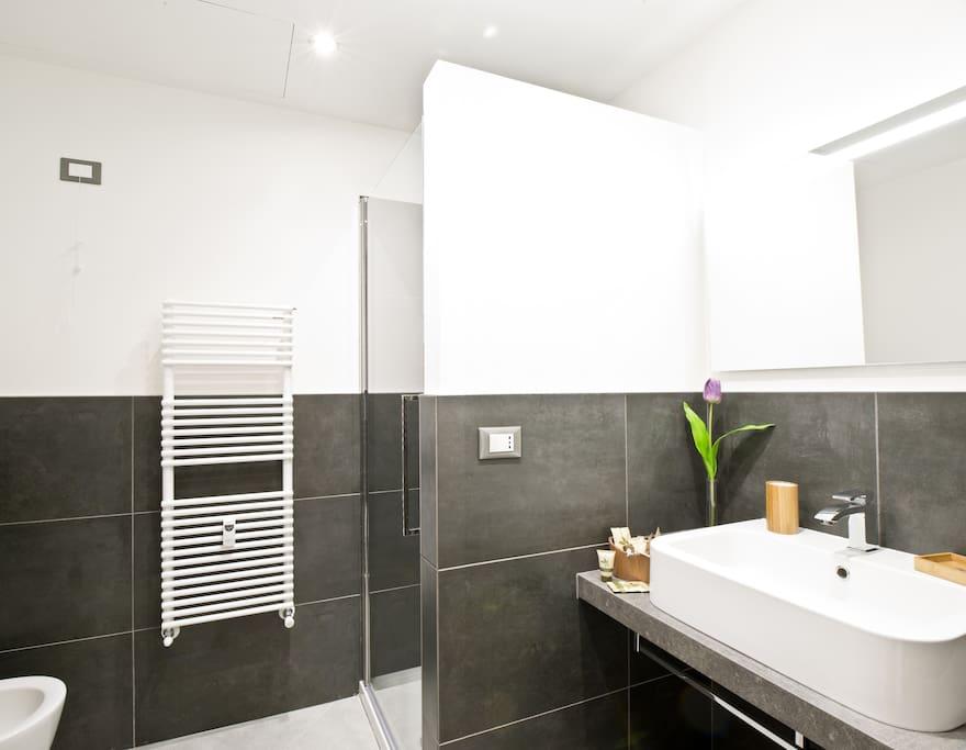bagno camera con affresco