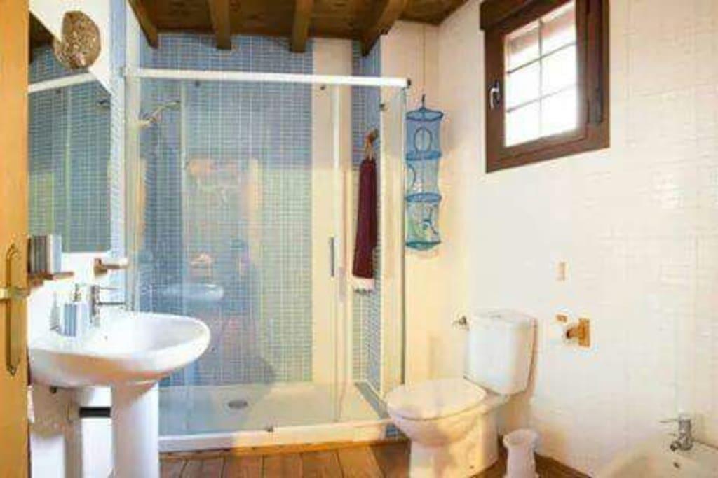 Baño amplio y completo,ducha muy amplia, radiador secador toallas,secador de pelo....cortesia jabones aromaticos naturales artesanales