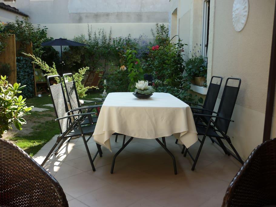 Terrasse ouverte donnant sur le jardin
