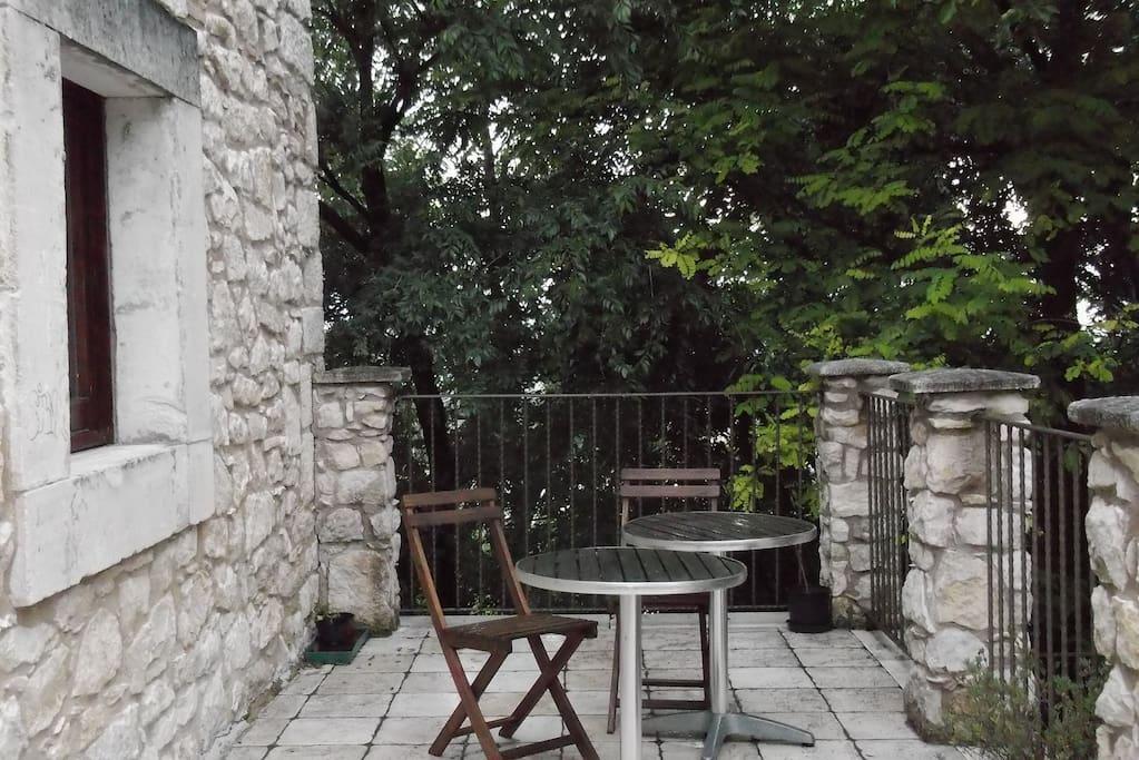 Terrazzo ombreggiato disponibile per gli ospiti.