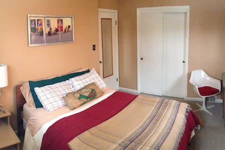 Lovely room, Private Bath, Garage