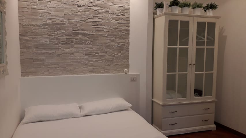Room Milano via Tortona