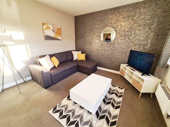 Beautiful lux 2 Bed apt Sleeps 6 W/King Free WIFI