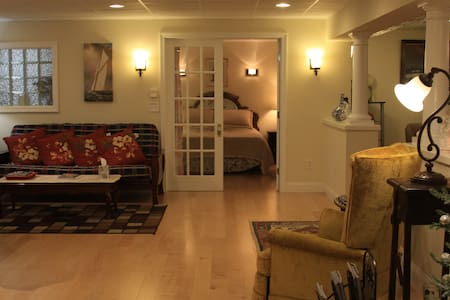 Elegant,Entire Suite, Private Entry - Hus