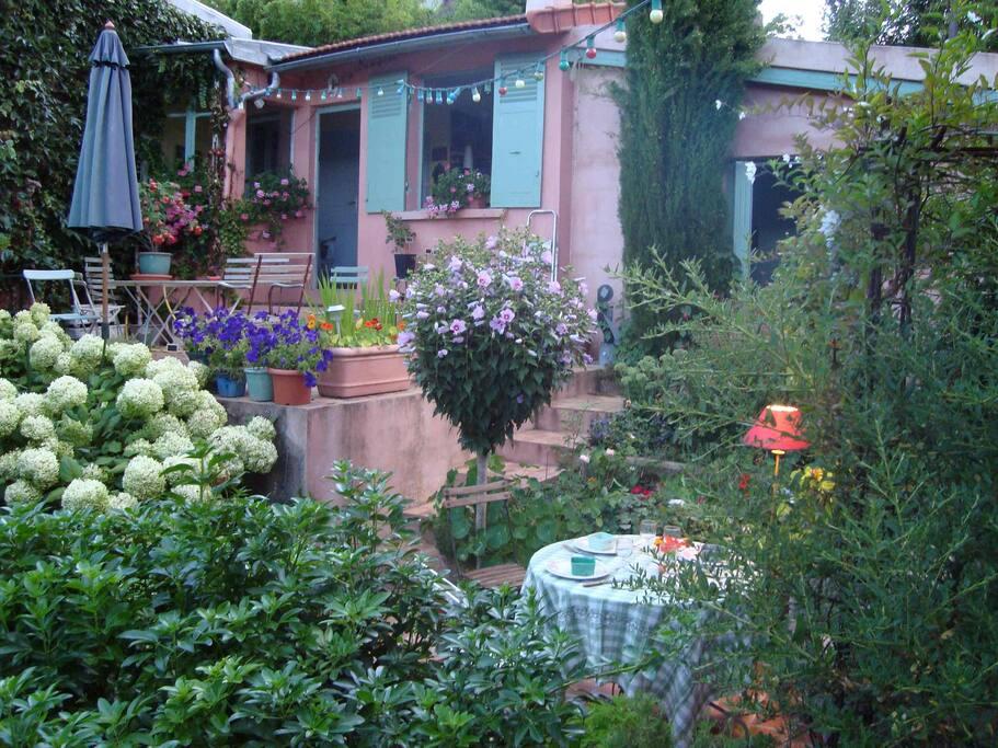 Maisonnette de charme dans jardin chambres d 39 h tes for Jardin a louer ile de france