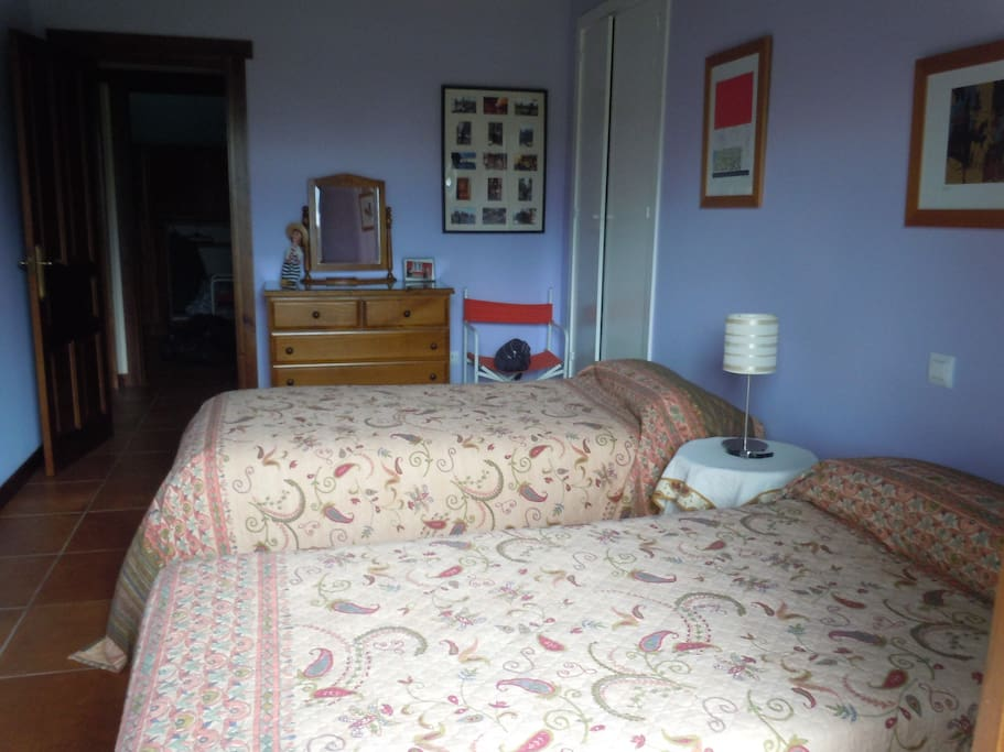 Dormitorio  con 2 camas de 90 cm. tambien con puerta-ventana al jardín.