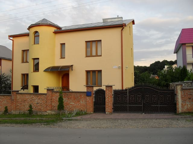 Comfortable rooms in green area - Ternopil - Hus