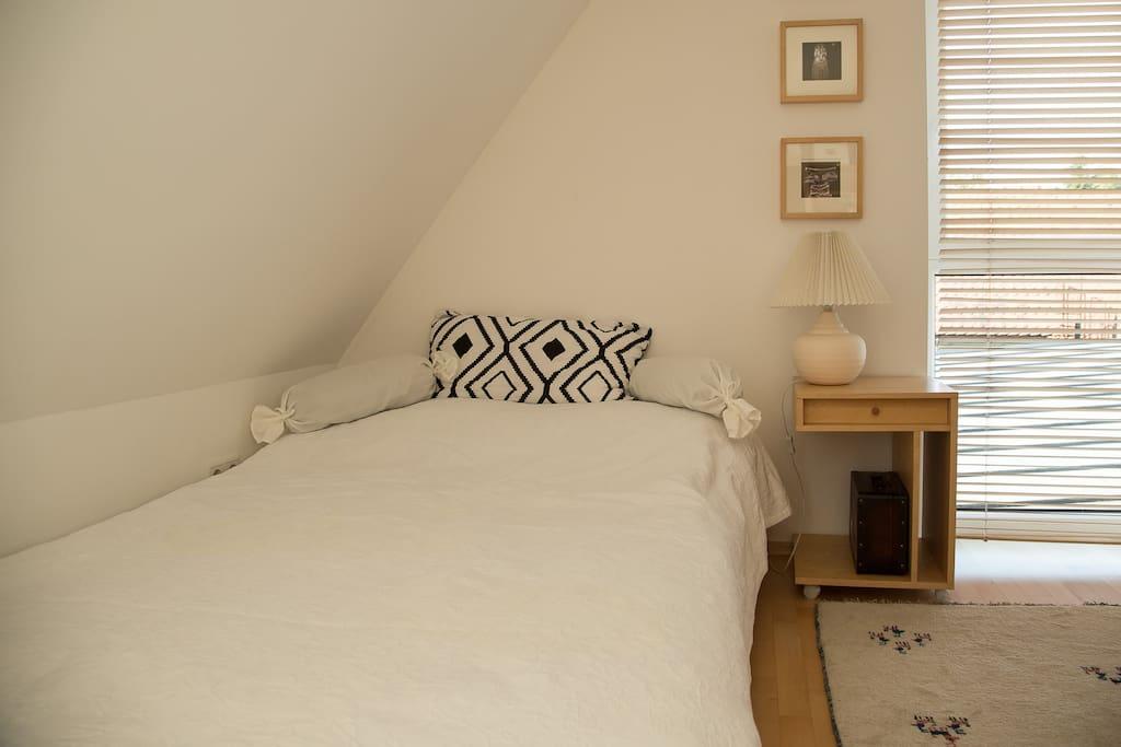 Kuscheliges Bett unter dem Dach
