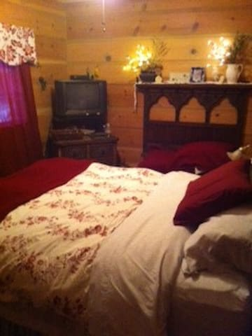 Bedroom with a queen bed - Nevada City - Hus