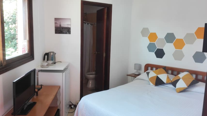 Linda habitación doble con baño privado.