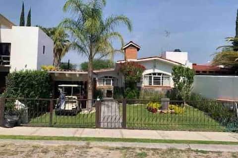 Preciosa casa,tres habitaciones, jardín con asador