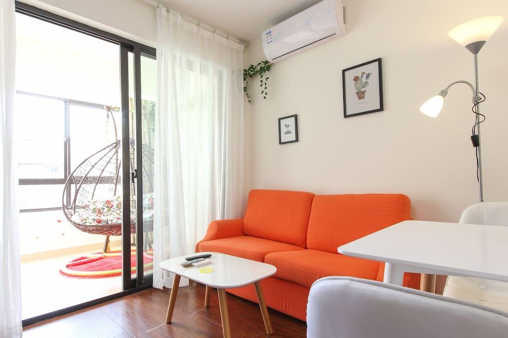 沙发旁的落地灯温馨浪漫和窗帘互相衬托