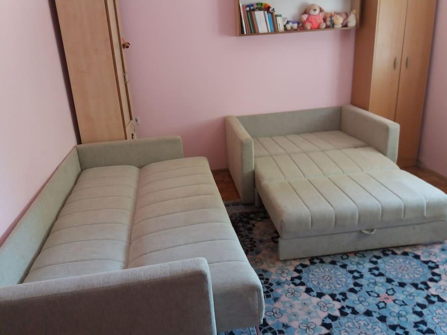 spavaca soba 2 dva kreveta na razvlacenje pogodna za spavanje dece