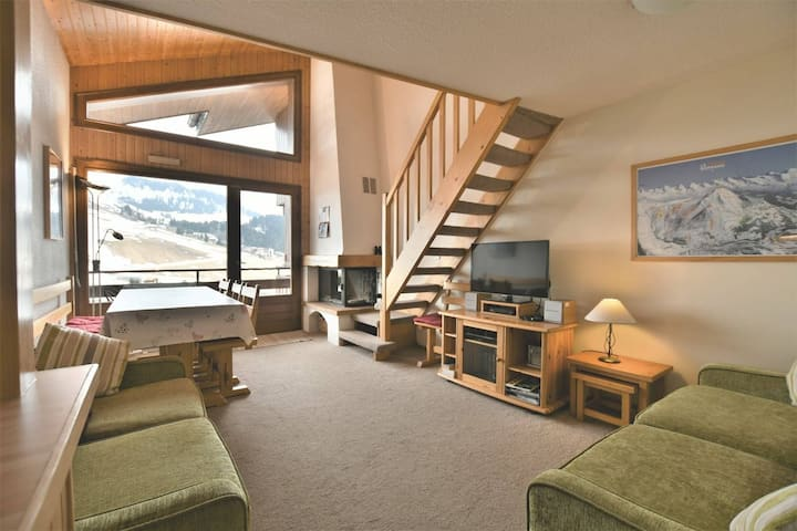Cosy duplex apt with stunning views, 3 bedrooms, wifi, sleeps up to 9!