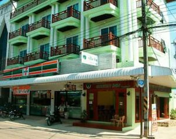 chiangkhong greeninn in town. There have 7/11 under building.