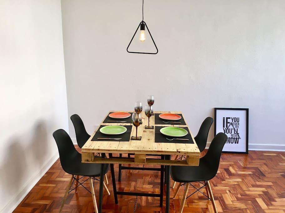 Mesa de jantar em estilo escandinavo.