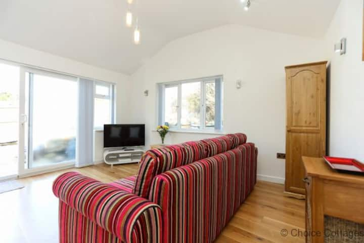CROYDE BAY 1 bed Cottage sleeping 4 comfortably w/private landscaped rear garden 5* rated.