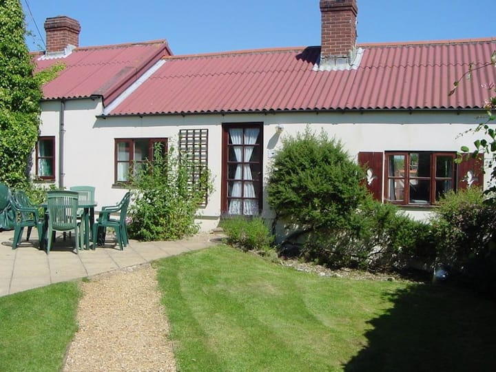 * Jurassic Coast 6 person Blackbird Cottage. Dog Friendly.