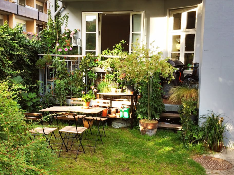 The flat has a cosy garden and is located in the popular Vesterbro area.