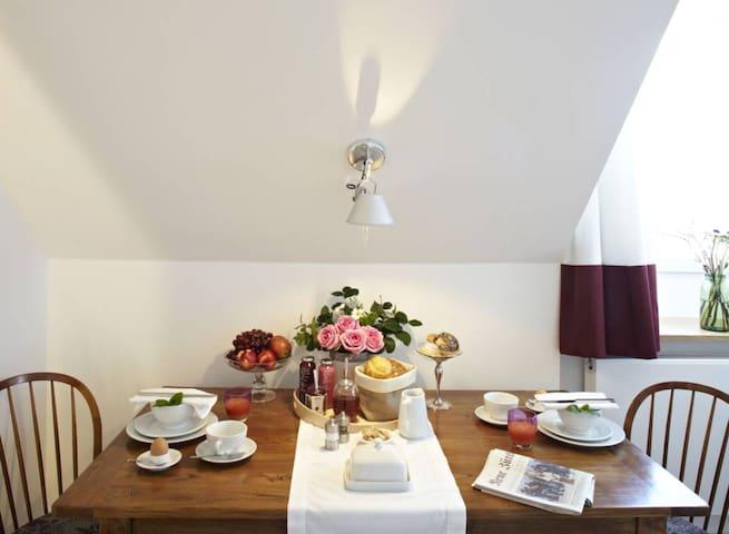 Weisses Geschirr, hochwertige Gläser: Es ist alles da (allerdings ohne Frühstück ;-))