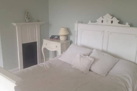 Fab rooms in charming family home  - Castle Cary - Bed & Breakfast