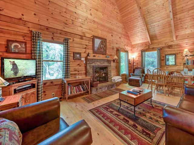 Bear's Den, 2 Bedrooms, Sleeps 6, Jetted Tub, King Beds, Hot Tub, WiFi