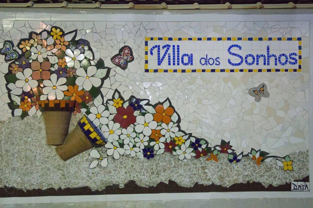 Painel em mosaico na entrada do Condomínio