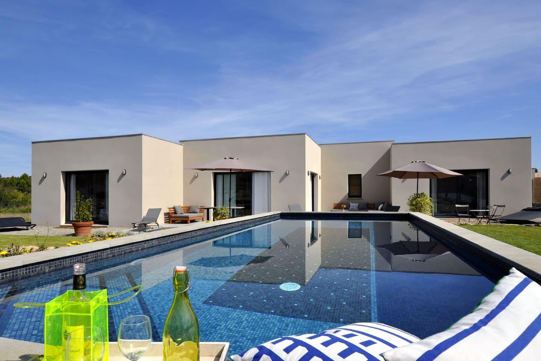 Le séjour-salon, cuisine, et 2 chambres donnent plein sud sur la piscine et le jardin.