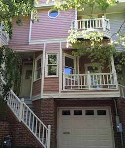 Ann Street Townhouse w/garage parking on premise. - Wilmington - Casa