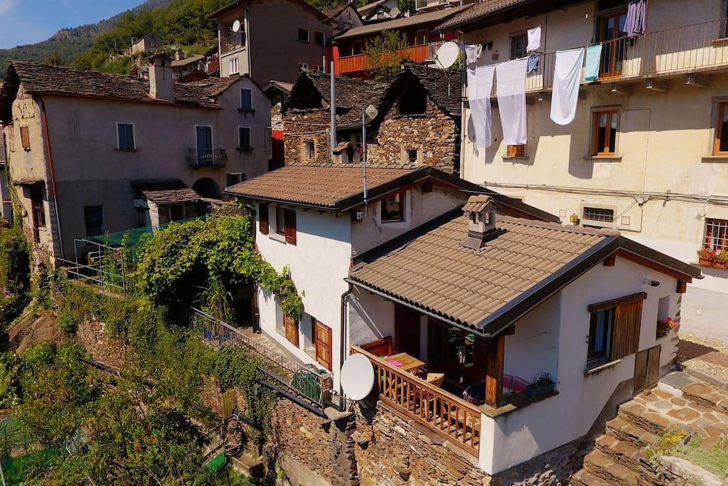 Ferienhaus (Drohnenfoto, Terrasse links vom Haus, überdachter Balkon rechts)