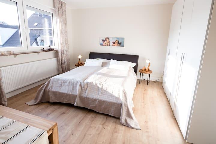 Das lichtdurchflutete zweite Schlafzimmer verfügt über ein sehr bequemes Doppelbett (160 x 200 cm), einen sehr großen Kleiderschrank und eine Sitzecke