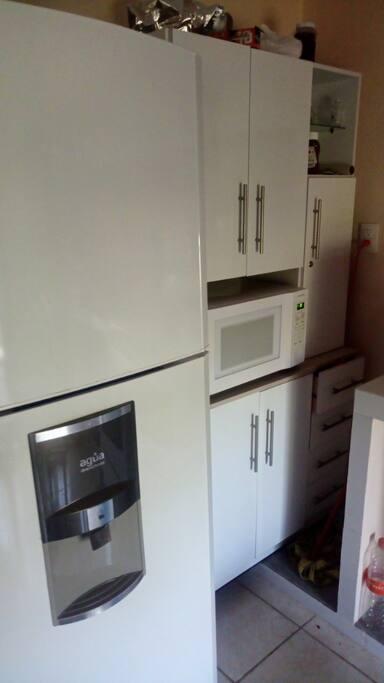 Refrigerador, microondas y agua para consumo