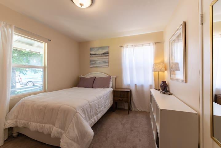Bright & Stylish Room in Lake Balboa