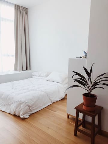 Bedroom with queen-sized bed and 4 pillows