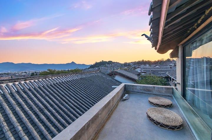 丽江古城复式观景套房|可观古城最美日落,古典纳西庭院,闹中取静,近大水车,四方街,酒吧街