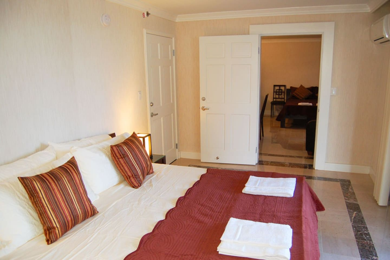 King bed w/memory foam mattress in bedroom